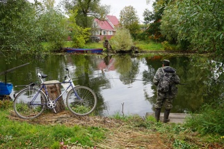 """""""Roland Meige. Pêcheur russe avec bicyclette et Range Rover. 2017"""""""